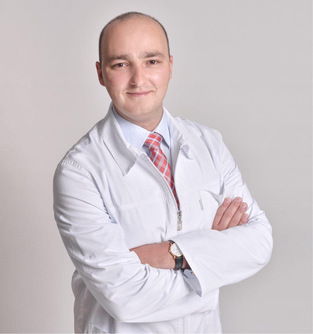 Lek. dent. Hubert Kardach o skutecznym uzupełnianiu braków w uzębieniu